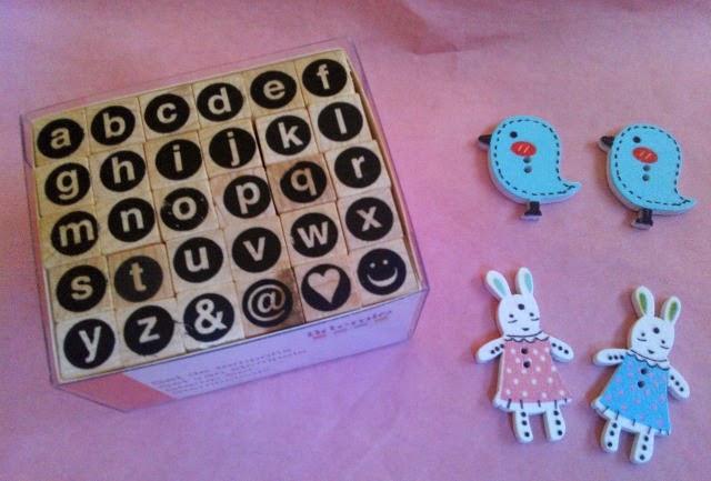 Cajita con sello alfabeto y botones con forma de pajaritos y conejitos en funkypatch
