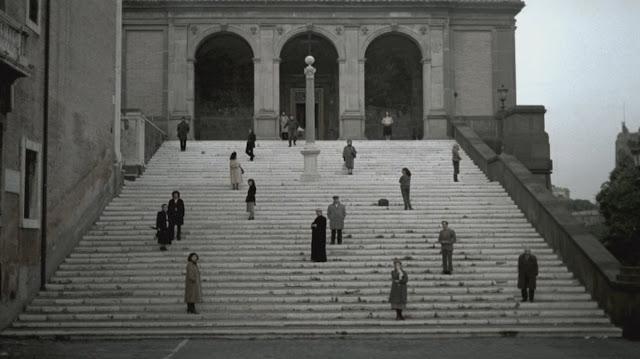 Ο κόσμος στις σκάλες... σκηνή από την ταινία Νοσταλγία του Αντρέι Ταρκόφσκι