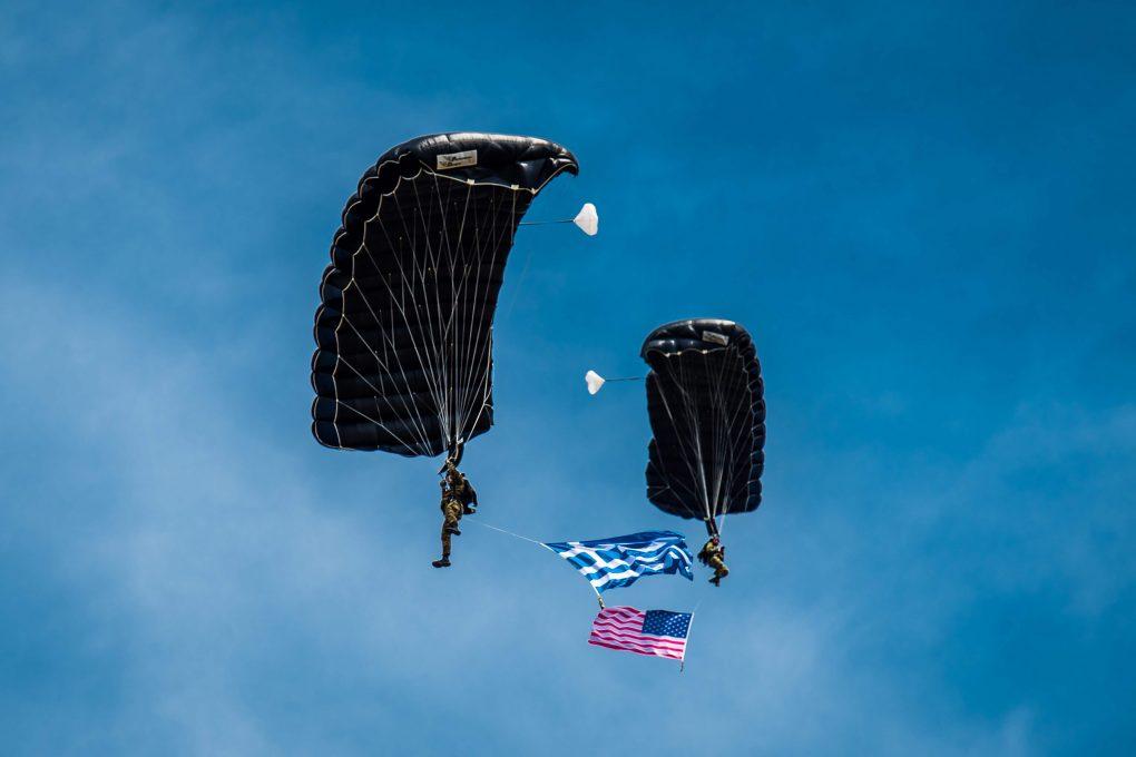 """Ο Υφυπουργός Εθνικής Άμυνας Αλκιβιάδης Στεφανής, σήμερα, Δευτέρα 24 Μαΐου 2021, παρέστη στην Άσκηση «ΑΜΕΣΗ ΑΝΤΑΠΟΚΡΙΣΗ / ΚΕΝΤΑΥΡΟΣ 21», που πραγματοποιήθηκε στο Πεδίο Βολής Αρμάτων Ξάνθης (ΠΒΑΞ), στο πλαίσιο της αμοιβαίας αμυντικής συνεργασίας Ελλάδας και Ηνωμένων Πολιτειών Αμερικής (ΗΠΑ).  Πρόκειται για τακτική Άσκηση επιπέδου Ταξιαρχίας, με πραγματικά πυρά και αποτελεί μέρος της πολυεθνικής Άσκησης """"Defender Europe 21"""". Η συνεκπαίδευση πραγματοποιείται με τη συμμετοχή μονάδων των Ενόπλων Δυνάμεων από τη χώρα μας και τις ΗΠΑ, με συνεισφορά στον τομέα της διοικητικής μέριμνας και από τη Μεγάλη Βρετανία. Διεξάγεται από τη Δευτέρα 17 έως την Τρίτη 25 Μαΐου.  Ο Υφυπουργός Εθνικής Άμυνας διαπίστωσε το άριστο επίπεδο συνεργασίας και την εξαιρετική απόδοση της διαλειτουργικότητας στο προσωπικό, τις διαδικασίες και τα μέσα, με στόχο την αποτροπή και την επίδειξη της σκληρής ισχύος που παρέχουν οι Ένοπλες Δυνάμεις.  Κατά την ημέρα διακεκριμένων επισκεπτών, στην Άσκηση παρέστησαν επίσης ο Α.Ε. Αμερικανός Πρέσβης στην Ελλάδα Geoffrey Pyatt, ο Υπαρχηγός ΓΕΕΘΑ Αντιναύαρχος Ιωάννης Δρυμούσης, ο Αρχηγός ΓΕΣ Αντιστράτηγος Χαράλαμπος Λαλούσης, ο Διοικητής Χερσαίων Δυνάμεων των ΗΠΑ σε Ευρώπη & Αφρική Στρατηγός Christopher Cavoli, ο Διοικητής Βρετανικής Στρατιάς Στρατηγός Ralph Wooddisse και ο Διευθυντής της Υπηρεσίας Πολιτικών Υποθέσεων στη Θράκη Σύμβουλος Πρεσβείας Α΄ κ. Συμεών Τέγος.  Ακολουθεί η ελληνική απόδοση του χαιρετισμού που απήυθυνε ο Υφυπουργός Εθνικής Άμυνας:  «Συνιστά μεγάλη τιμή να παρευρίσκομαι σήμερα εδώ, στο Πεδίο Βολής Αρμάτων Πετροχωρίου Ξάνθης, στο πλαίσιο ολοκλήρωσης της διμερούς Άσκησης «ΚΕΝΤΑΥΡΟΣ 21». Η Άσκηση πραγματοποιήθηκε φέτος, για πρώτη φορά στην Ελλάδα, ως μέρος της πολυεθνικής Άσκησης """"DEFENDER EUROPE 21"""".  Η συγκεκριμένη συνεκπαίδευση Ελληνικών και Αμερικανικών δυνάμεων προάγει περαιτέρω τη διαχρονική αμυντική συνεργασία Ελλάδας και Ηνωμένων Πολιτειών, η οποία διαπνέεται από την κοινή επιθυμία ουσιαστικής συνεισφοράς στην ασφάλεια, τη σταθερότητα κα"""