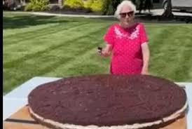 Ohio man, 95-year-old grandma cook up world's biggest Oreo