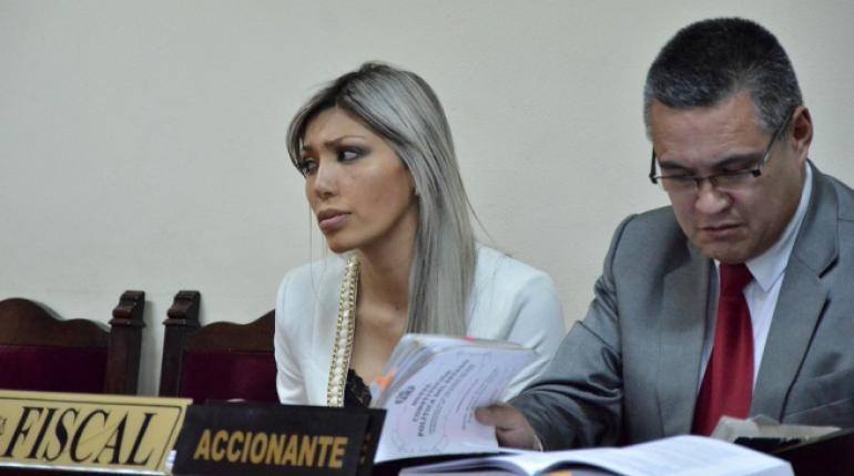 Zapata fue defendida por León durante dos meses, luego el abogado la acusó de psicópata