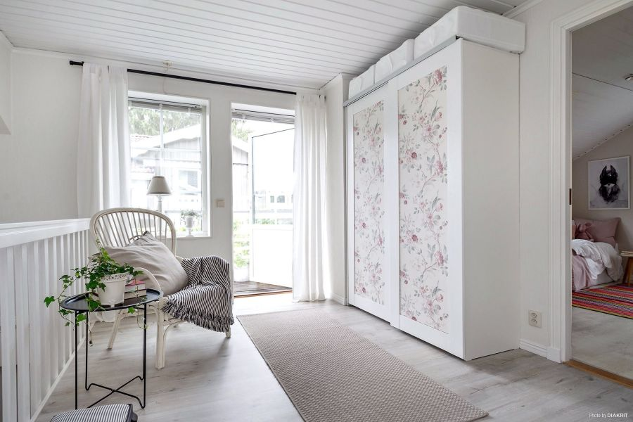 Drewniany domek w bieli i szarościach, wystrój wnętrz, wnętrza, urządzanie mieszkania, dom, home decor, dekoracje, aranżacje, scandi, styl skandynawski, scandinavian style,przedpokój