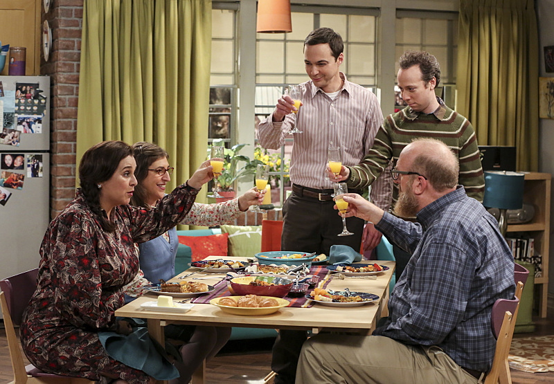 The Big Bang Theory Amy, Sheldon y Stuart cenando con amigos