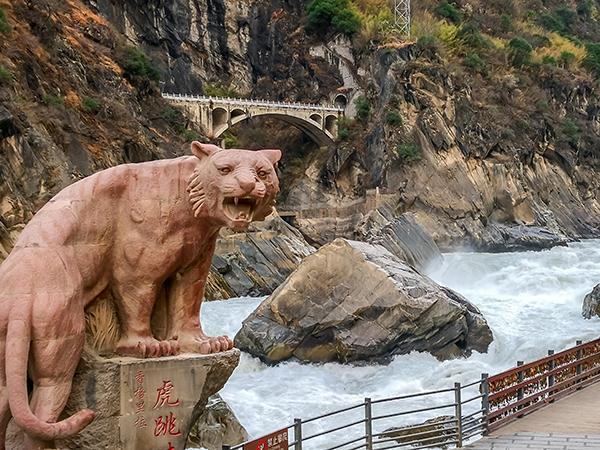 โตรกเสือกระโจน (Tiger Leaping Gorge: 虎跳峡)