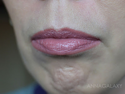 На губах Увлажняющая губная помада Hydra Lips Faberlic 46018 натуральный бежевый смотрится красиво