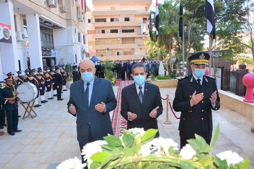 محافظ الغربية يضع إكليل الزهور على النصب التذكاري لشهداء الشرطة بمناسبة عيد الشرطة الـ ٦٩