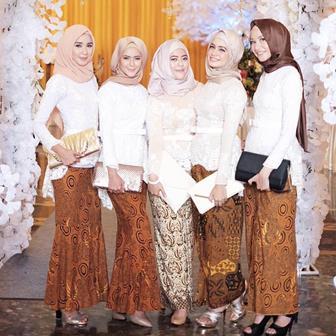 Contoh Model Kebaya Kombinasi Batik Tradisional Untuk Wanita Berjilbab