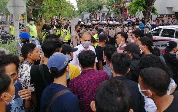 Timbulkan Kerumunan! Ratusan Kader HMI Dihadang Polisi Ngotot Masuk Arena Kongres Surabaya