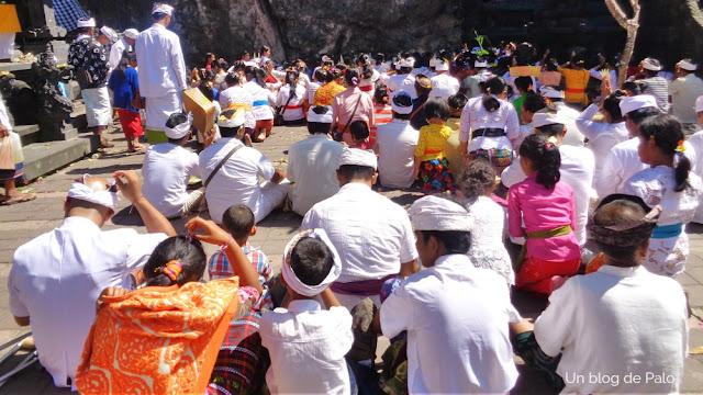 Los fieles en el templo Pura Goah Lawah