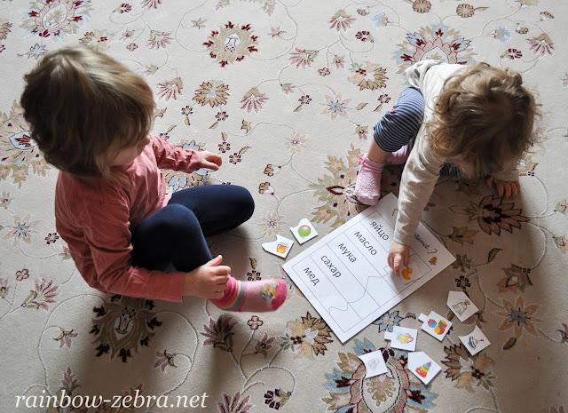 Девочки собирают паззл