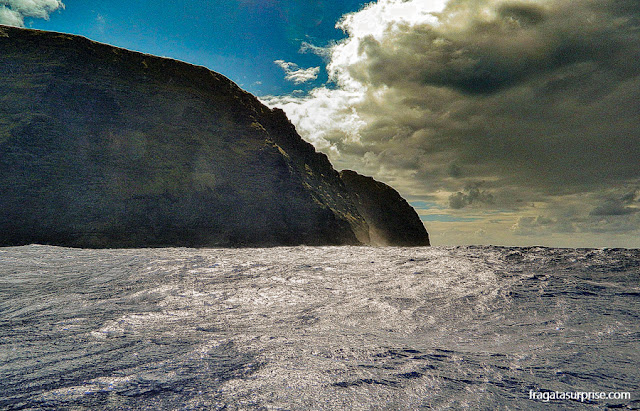 Barco se aproximando do Motu Nui, na Ilha de Páscoa