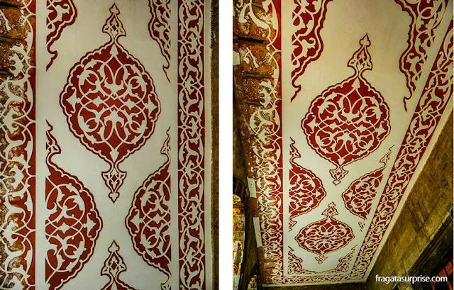 Decoração do teto de uma galeria do pátio da Mesquita Azul