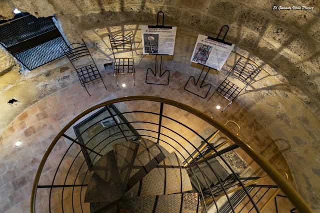 Escalera de caracol en Torre del Reloj, Anduze - Francia, por El Guisante Verde Project