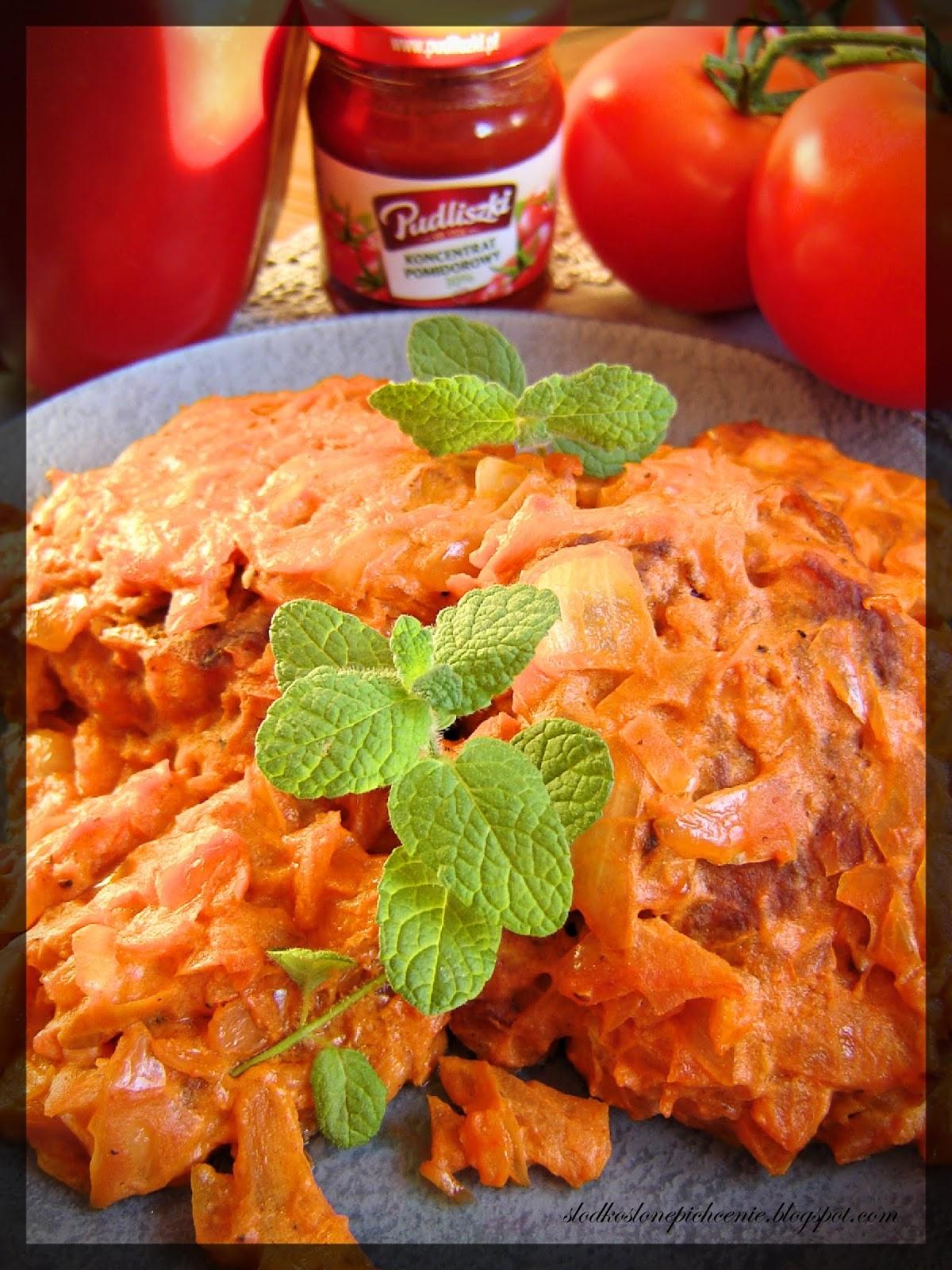 Drobiowe kotlety siekane w sosie pomidorowo-cebulowym