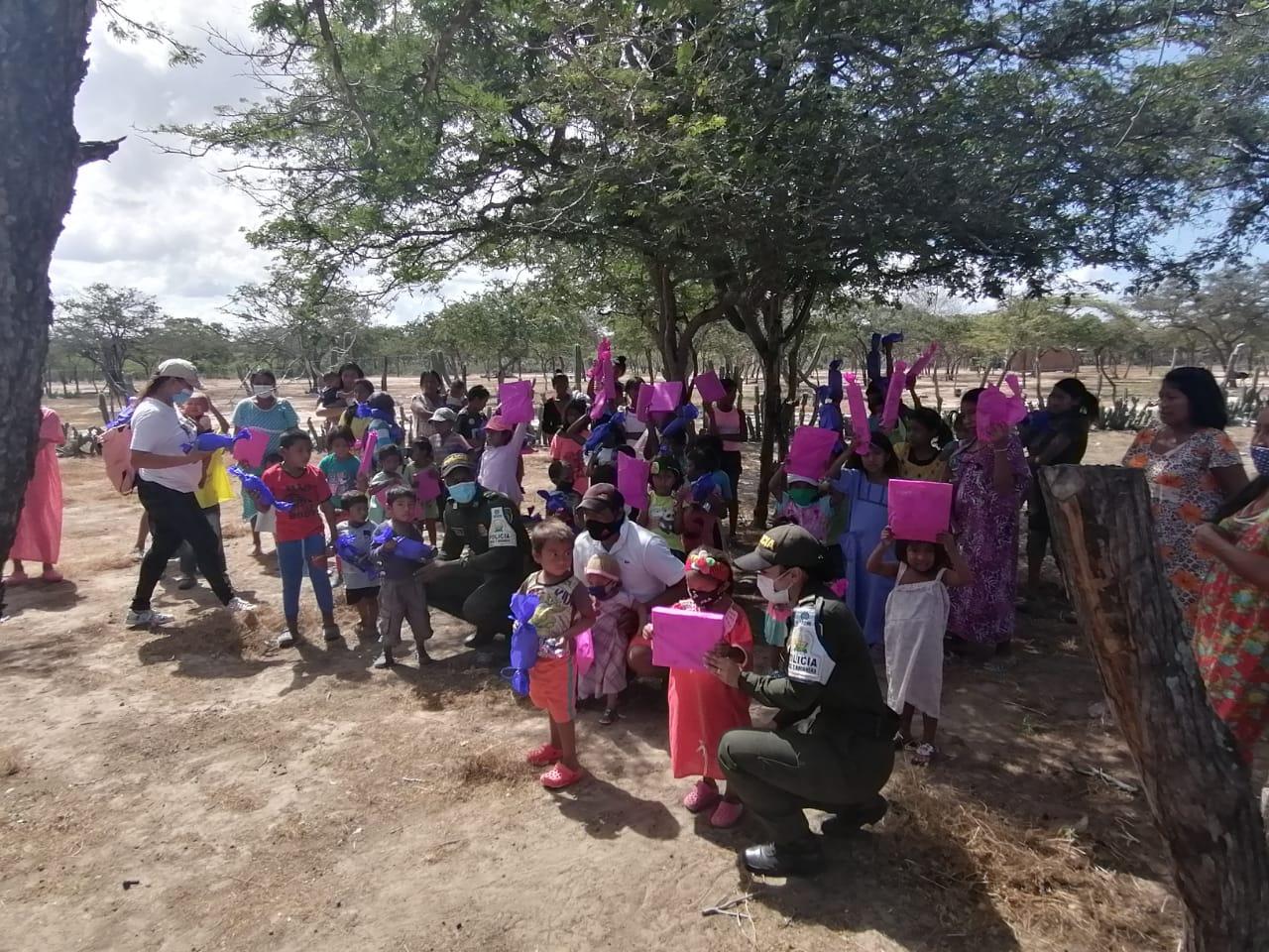 hoyennoticia.com, Policía Fiscal y Dian entregaron regalos a niños y niñas de Riohacha y Maicao