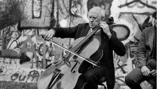 Rostropovich suona davanti al Muro di Berlino
