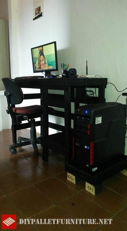 aqu tenis este escritorio para pc con palets creado por wydemar sousael escritorio adems incluye una pequea plataforma exterior donde colocar el pc
