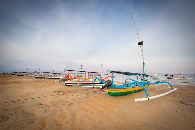Imbarcazioni tipiche sula spiaggia di Sanur-Bali