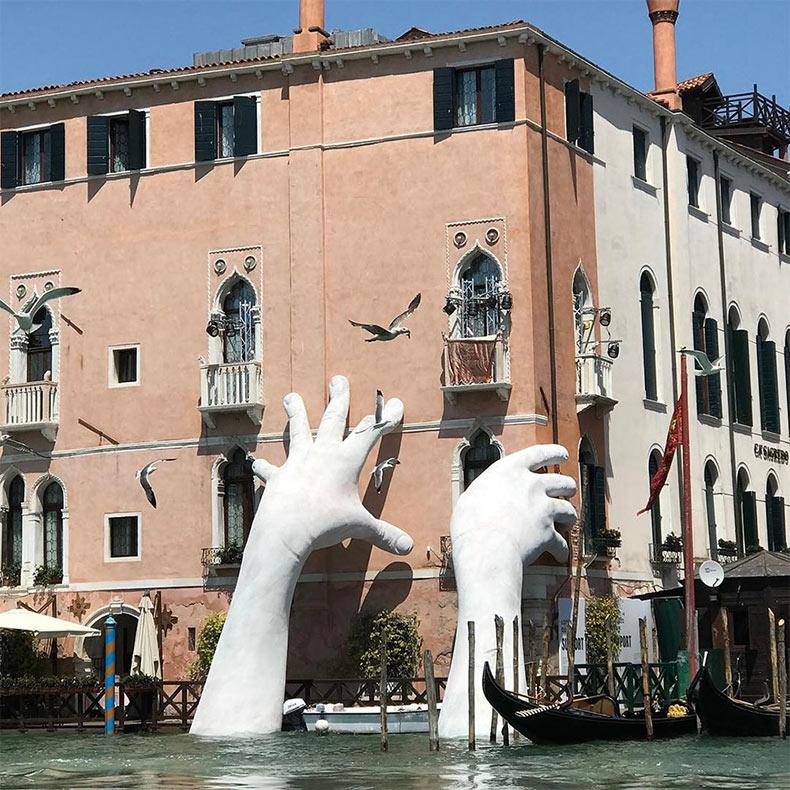 Soporte: Manos monumentales se elevan desde el agua en Venecia para resaltar el cambio climático