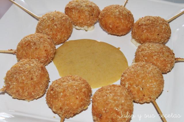 Piruletas de mini babybel con salsa de mostaza y miel
