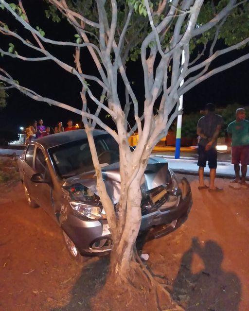 Em São João dos Patos, carro colide em uma arvore enfrente a Igreja
