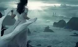 Γράφει η Βασιλική Κοτλίτσα  Ήταν δυνατή, φαινόταν, φώναζε από μακριά. Φορούσε πάντα το πιο λαμπερό της χαμόγελο και προχωρούσε με το κεφάλι ...