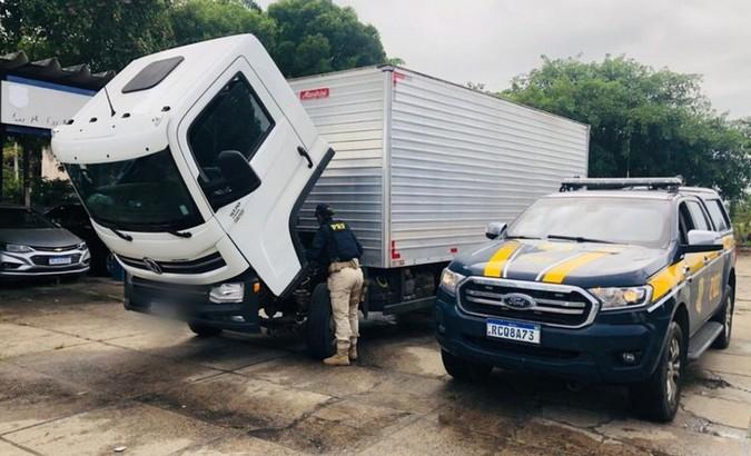 Caminhão roubado há três meses na Bahia é recuperado pela PRF na BR-101
