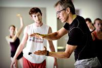 Bir dans eğitmeni öğrencilerine koreograf eğitimi verirken