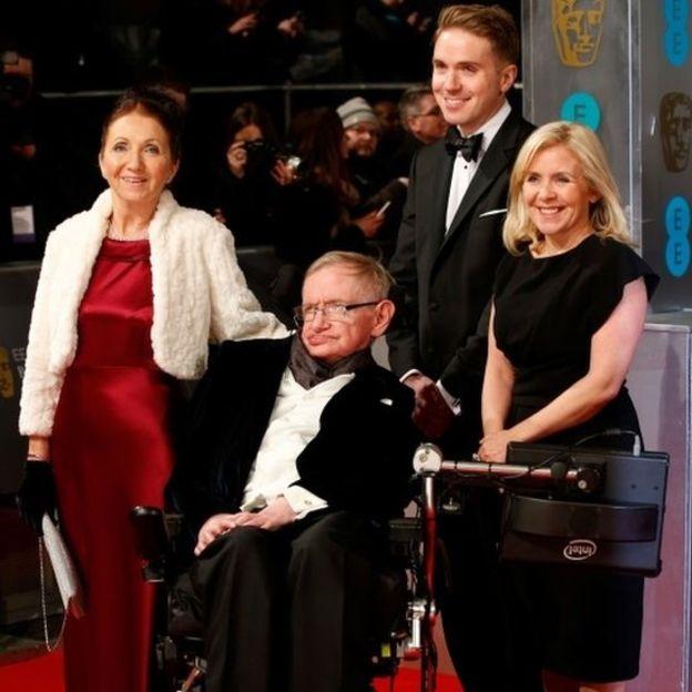 Stephen Hawking, físico britânico que revolucionou a ciência, morre aos 76 anos.