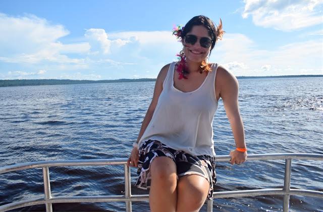 mulher em uma lancha no rio