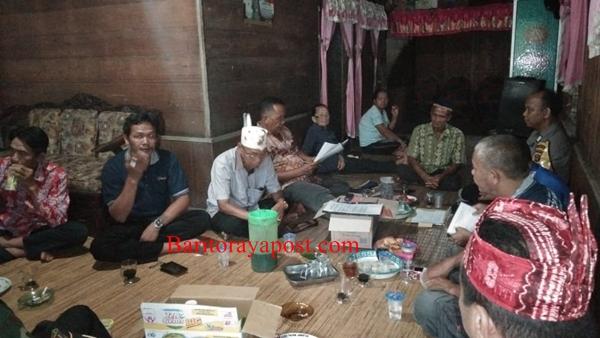 Pemangku Adat Paju Epat Berkumpul Menunggu Pihak PT BNJM Hadir Memenuhi Undangan
