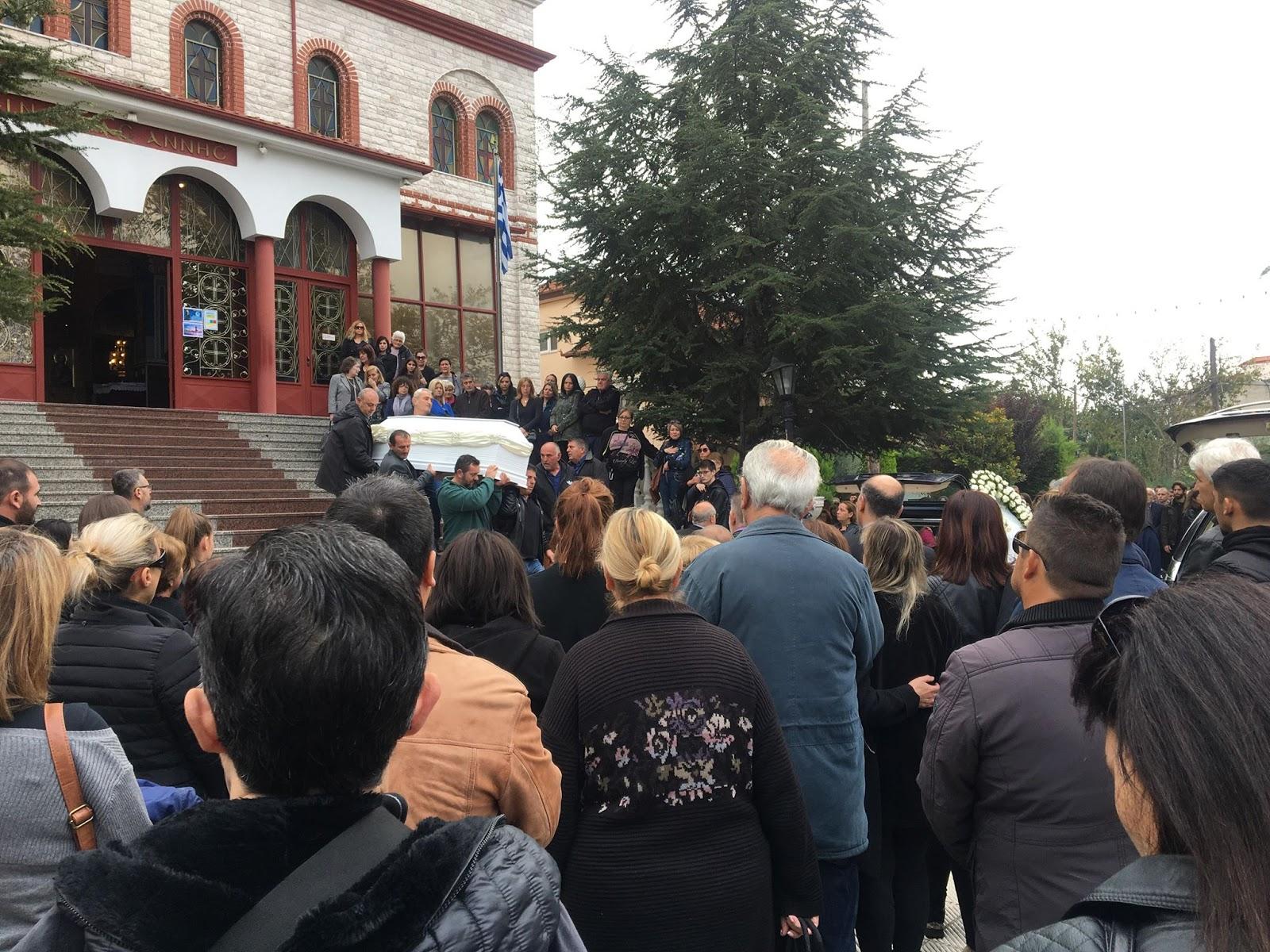 Ανείπωτη θλίψη στην κηδεία της 17χρονης και της μητέρας της που έπεσαν σε χαράδρα - Τραγική φιγούρα ο Ελασσονίτης πατέρας της (φωτο)