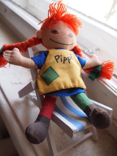 Pippi Langstrumpf (Puppe) im Liegestuhl