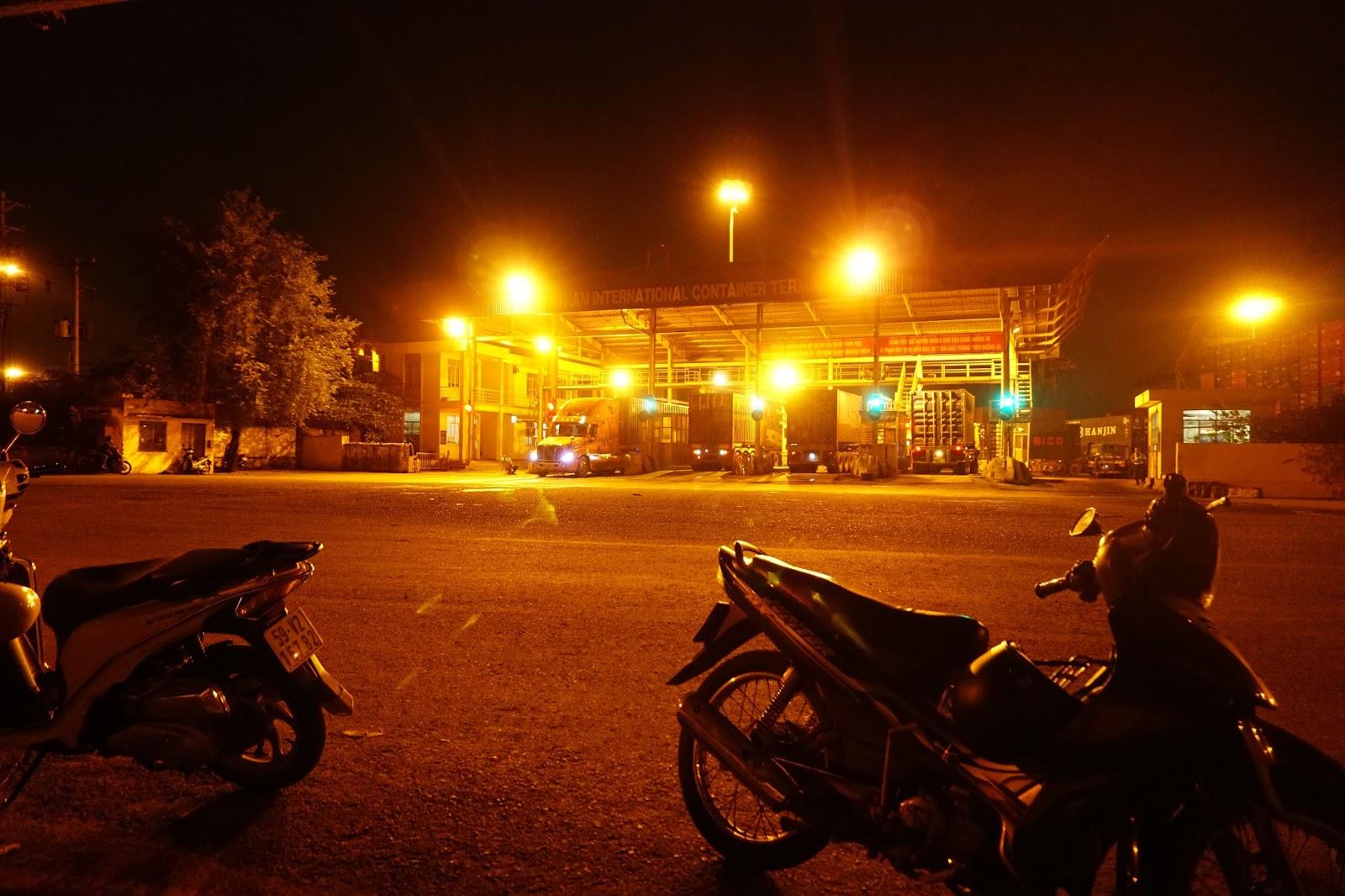 Tiếp tục ngồi chờ ở cảng VICT trong bóng đêm...đèn mờ