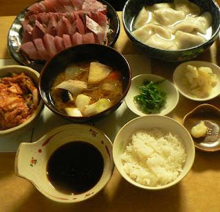 夕食の献立 イナダ刺身 味噌汁 水餃子 キムチ