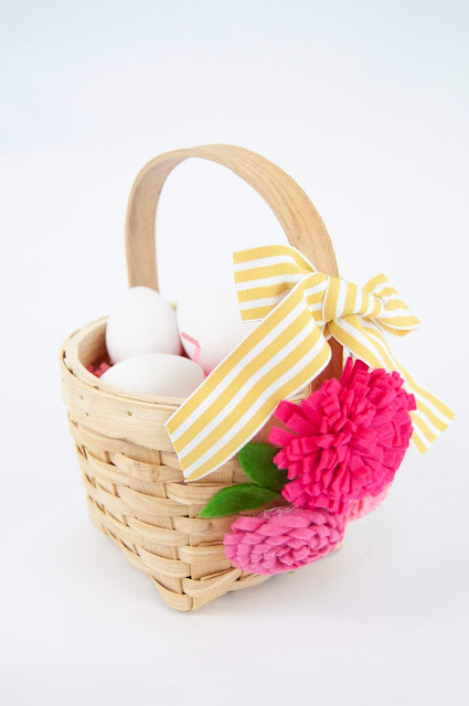 How to Add Felt Flowers to an Easter Basket by Jen Gallacher for www.jengallacher.com. #jengallacher #easterbasket #feltflowers #jillibeansoup #eastercraft