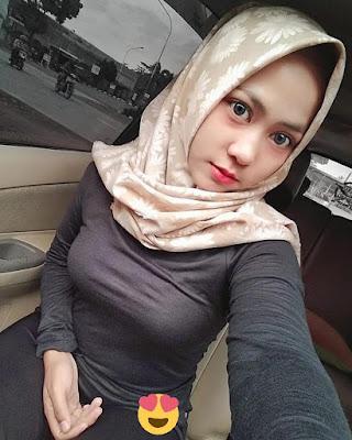 Cewek Selfie pakai Hijab baju ketat