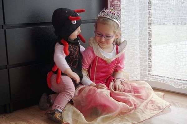 rodzeństwo na balu przebierańców - królewna Aurora, pając i renifer