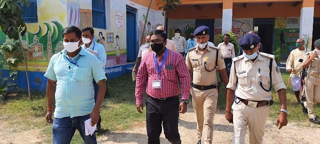 प्रेक्षक ने बेनीपट्टी के मतदान केन्द्रों का लिया जायजा, दिए निर्देश
