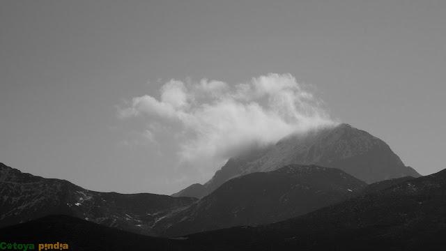 Zoom al Espigüete entre nubes