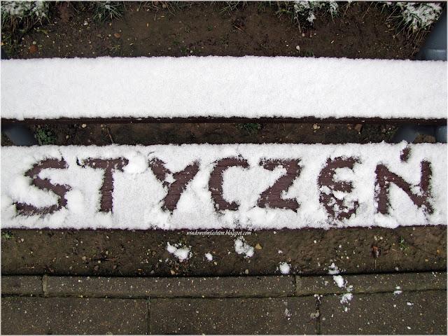 """Napis 'Styczeń"""" na śniegu"""