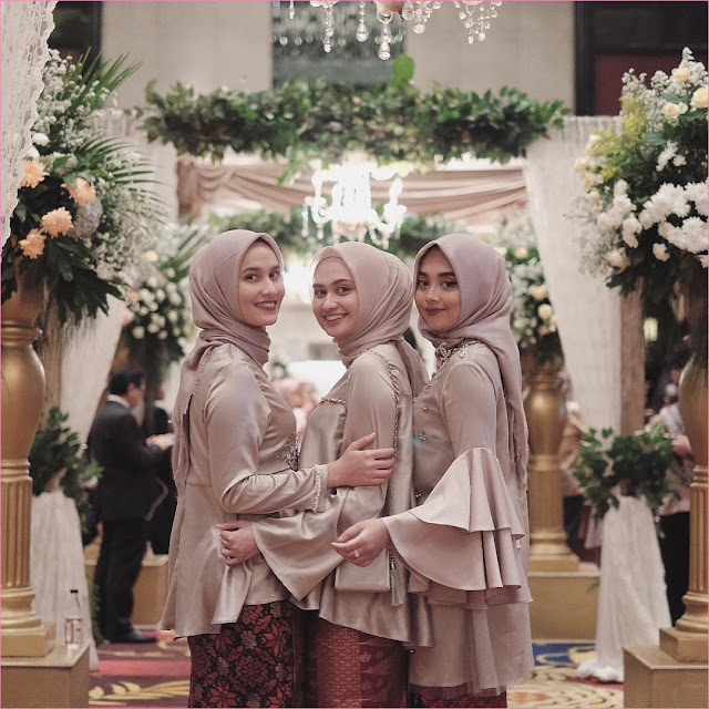 Outfit Baju Bridesmaid Berhijab Ala Selebgram 2018 kebaya kain satin rok kain jarit coklat tua kerudung segiempat hijab square polos krem ciput rajut high heels wedges slingbags ootd outfit kondangan trendy