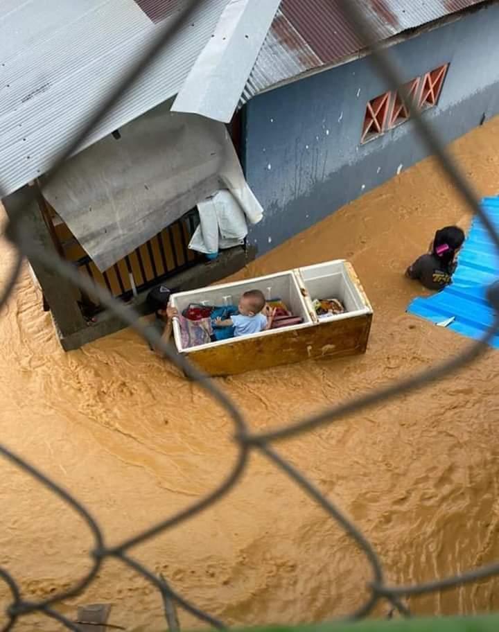 Dramatis, Aksi Warga Selamatkan Balita dari Banjir Bikin Haru