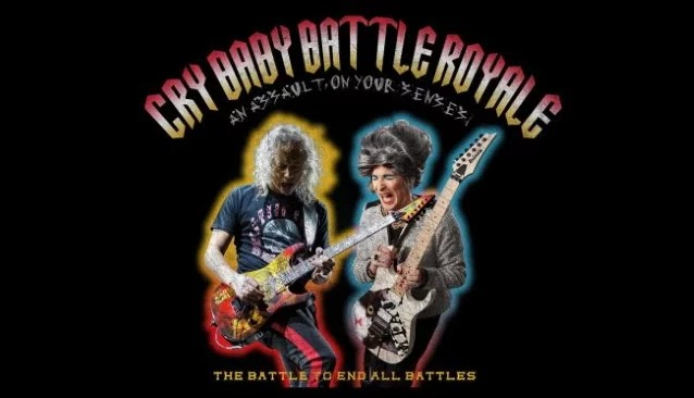 """Metallica - Kirk Hammett """"combate"""" contra Mrs. Smith no evento 'Cry Baby Battle Royale'"""