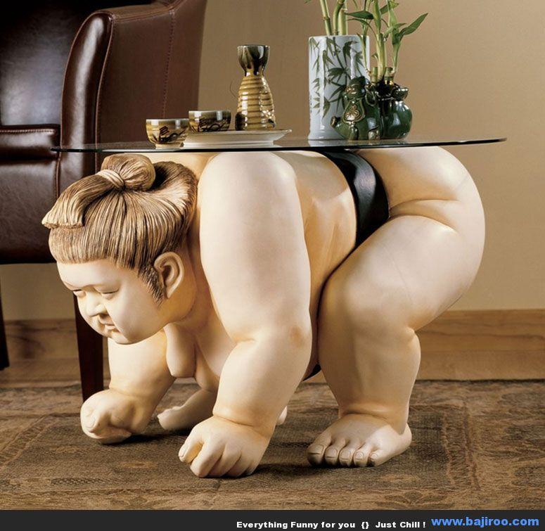 Un mesa con  luchador de sumo