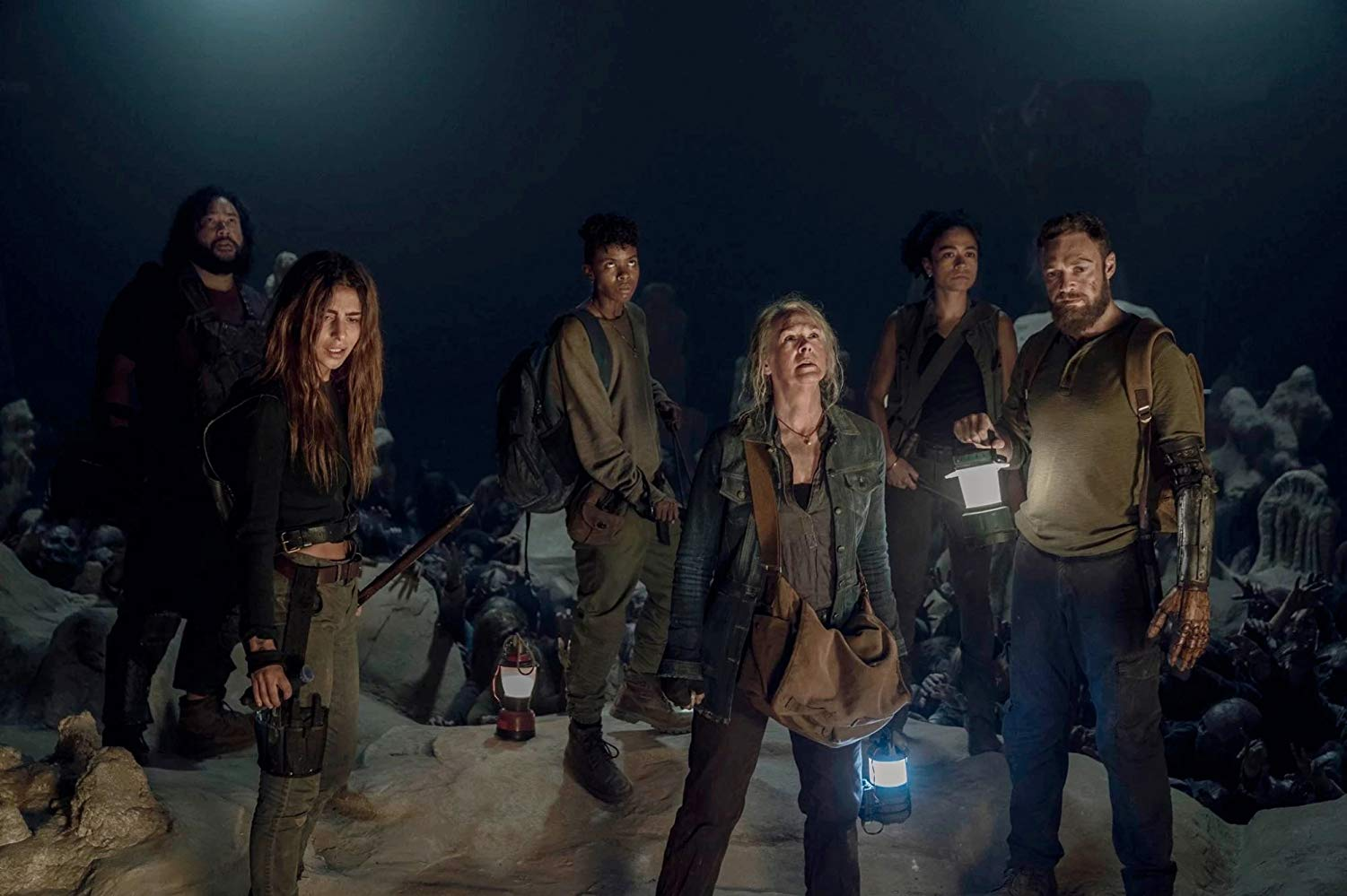 Carol, Magna, connie, Aaron, Jerry y Kelly, en la cueva de caminantes en el episodio 10x09 Squeeze de The Walking Dead