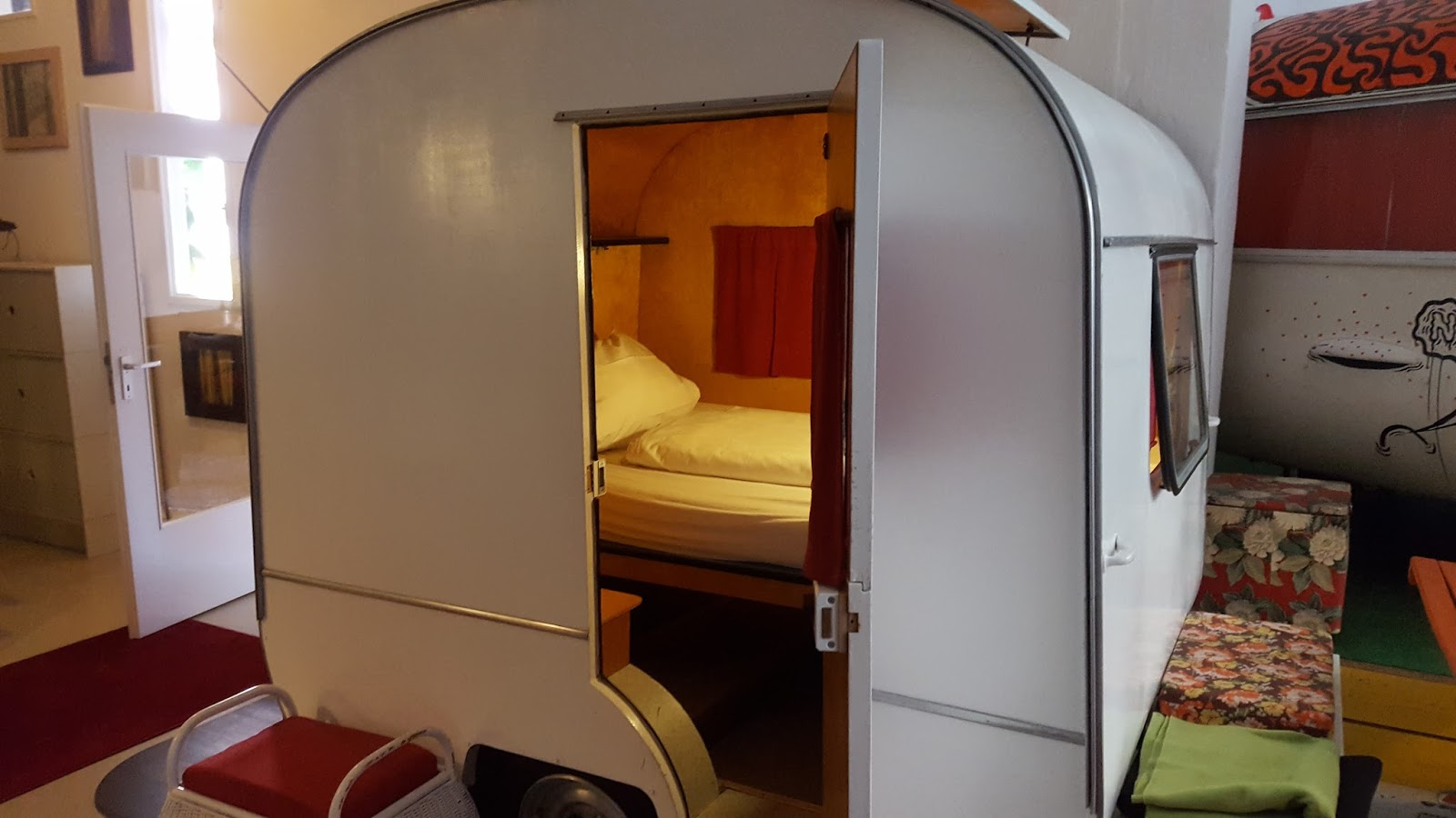 mischas reiseseite berlin seelig schlafen im h ttenpalast. Black Bedroom Furniture Sets. Home Design Ideas