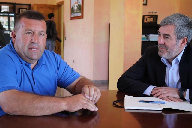 Alcalde%2By%2BSenador%2Bconversar%2Bsobre%2Bprincipales%2Btemas%2Bpara%2Bel%2BMunicipio%2Bde%2BAntigua%2B%25281%2529 - Fuerteventura.-  Senador Fernando Clavijo ofrece su completa colaboración al alcalde Matías Peña