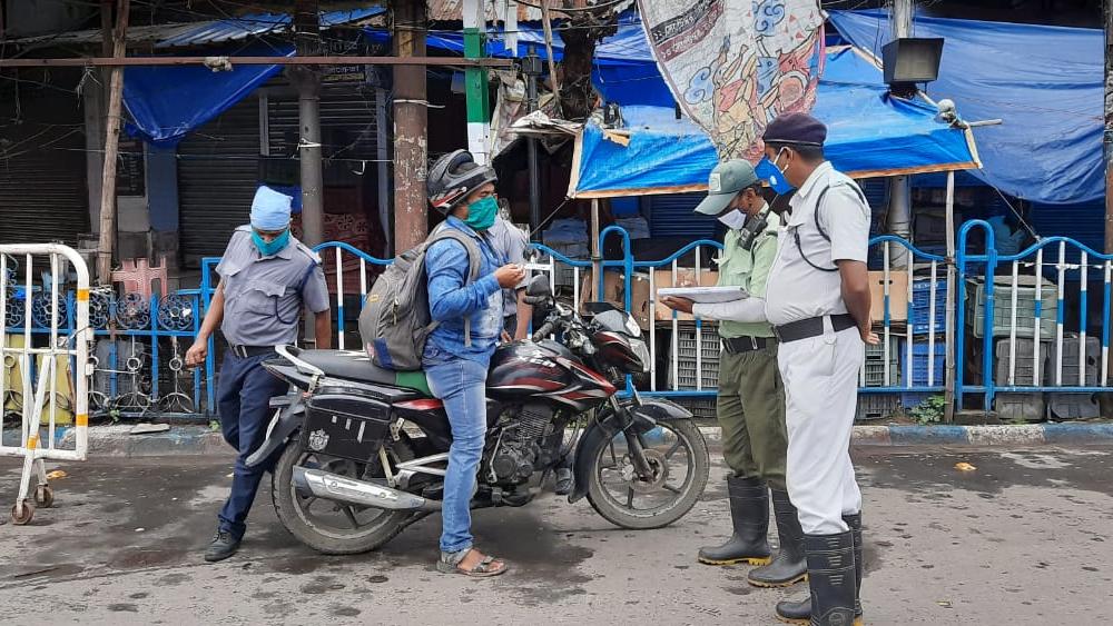 কলকাতায় ফিরলো কড়া লকডাউন,বিনা প্রয়োজনে বেরলেই ধরপাকড়