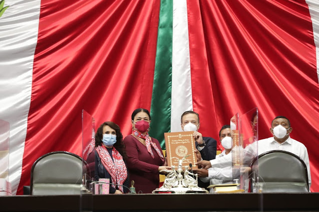 La Cámara de Diputados recibió ejemplar de la Constitución Política de Quintana Roo, traducida en lengua Maya